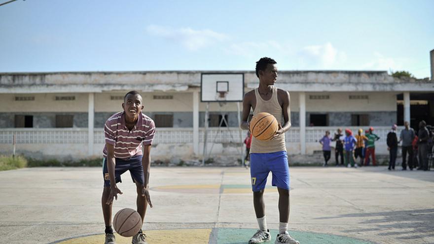 Dos jóvenes juegan al baloncesto en una cancha de Mogadiscio