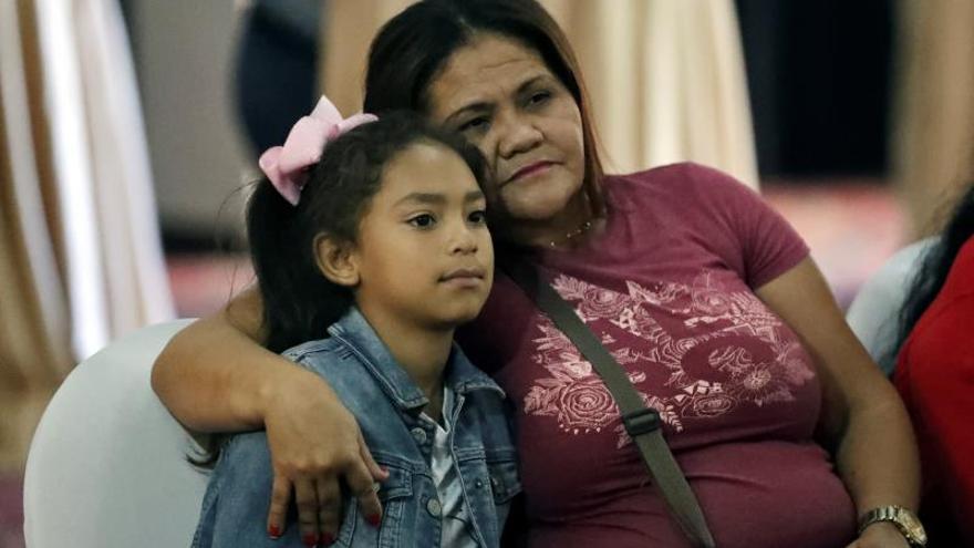 Una madre y su hija escuchan las declaraciones de la directora del Centro de Estudios de la Mujer, Suyapa Martínez, durante una conferencia de prensa este martes, en Tegucigalpa (Honduras). Mujeres organizadas de Honduras pidieron este martes al Gobierno que asigné recursos específicos en su presupuesto nacional en favor de la igualdad de género y que declaré el estado de emergencia ante las más de 40 féminas que han fallecido a consecuencia de la violencia en 2020.