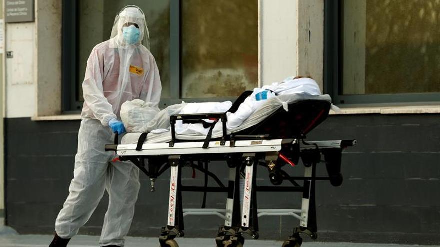 Un técnico sanitario traslada a un paciente en el Hospital de Bellvitge, este lunes en la localidad barcelonesa de L'Hospitalet.