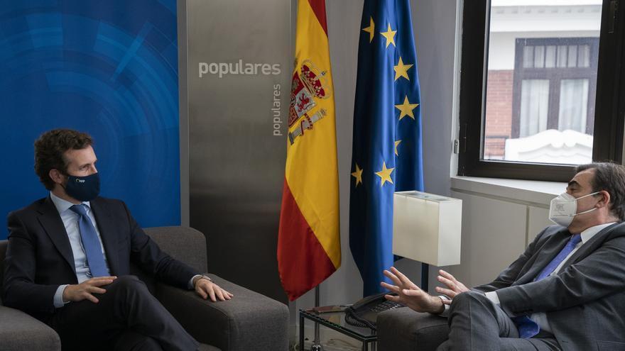 El presidente, Pablo Casado, con el vicepresidente de la Comisión Europea, Margaritis Schinas.