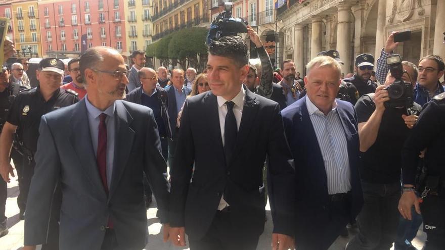 Representantes de Ciudadanos antes del pleno de investidura del Ayuntamiento de Burgos