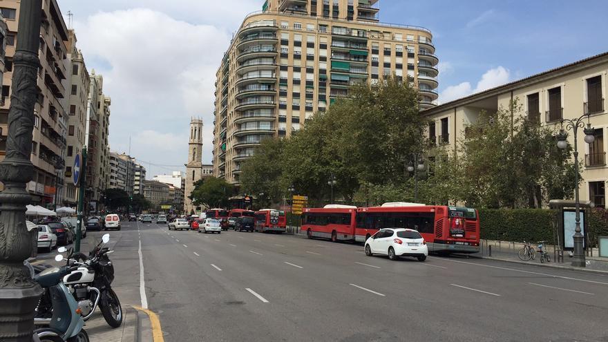Varios autobuses de la EMT en el carril bus de la calle Xàtiva