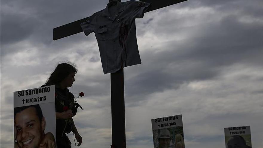 Realizan un homenaje en Copacabana a 61 policías asesinados en Río este año