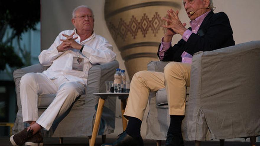 J.J Armas Marcelo y Vargas Llosa en la conferencia inaugural.