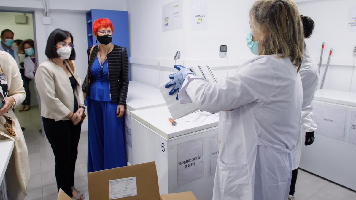 La ministra de Sanidad, Carolina Darias, y la consejera de Salud, Santos Induráin, el lugar en donde se conservan las remesas de vacunas en Navarra
