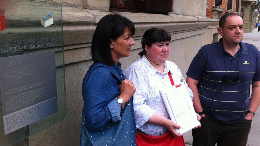 Trabajadores de los centros de discapacidad registran las firmas de apoyo ante el Parlamento.