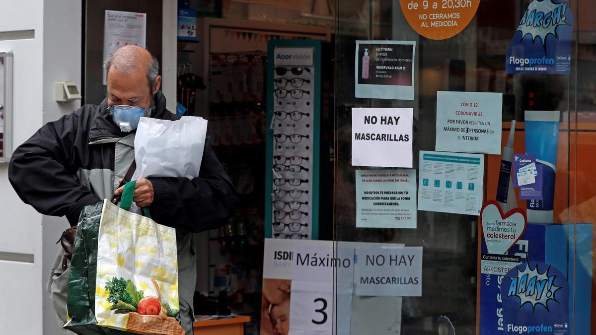 Un hombre sale de una farmacia en L´Hospitalet (Barcelona). EFE/Toni Albir/Archivo