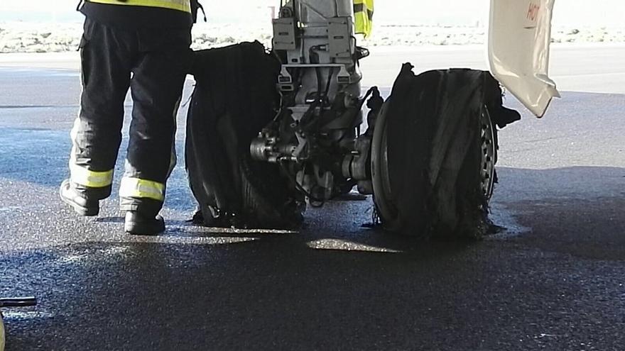 Ruedas del avion que sufrió el reventón en el aeropuerto Tenerife Sur / Foto publicada por Controladores en Twitter
