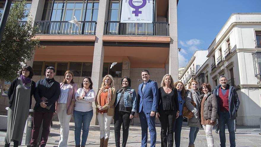 Miembros de la Corporación ante la lona por el 8M desplegada en el Ayuntamiento | TONI BLANCO