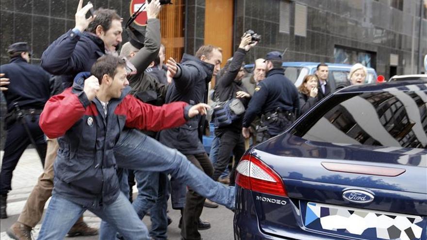 Trabajadores de RTVV abuchean a Fabra y golpean su coche al salir de un acto