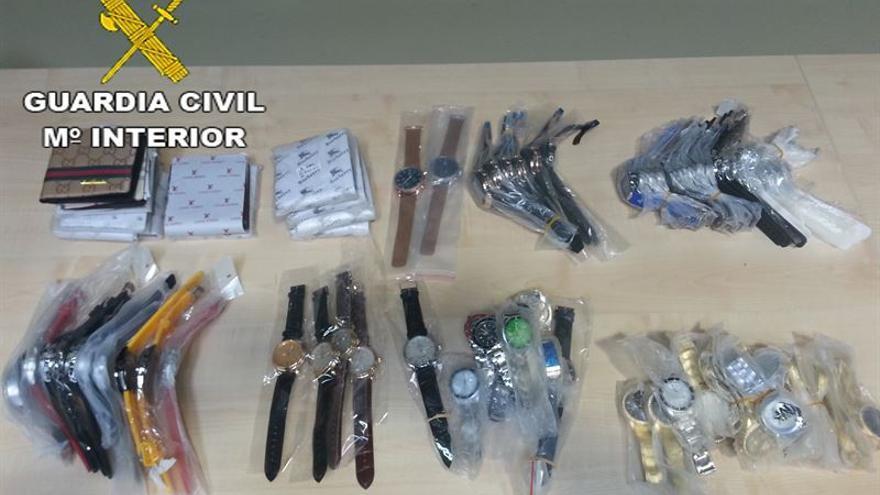 La Guardia Civil interviene en el Puerto de Las Palmas 260.000 euros en relojes y carteras falsificadas
