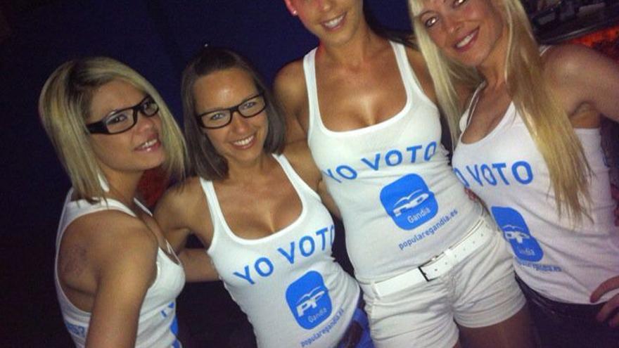 Mujeres con camisetas que piden el voto para el PP de Gandia.