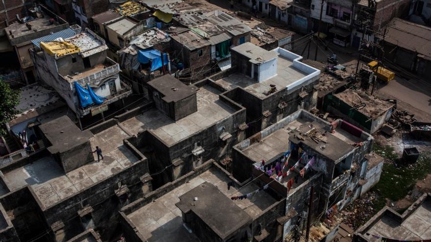 La fábrica estaba rodeada por tres bustees: JP Bustee, Chola Bustee y Orya Bustee. Fueron los primeros en perecer como consecuencia de la nube tóxica. En la imagen los tejados de Jai Prakash Bustee. //FOTO: Bernat Parera