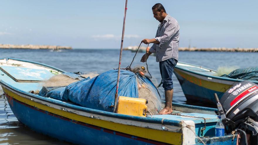 Amjad al-Shirafi prepara du barco en el puerto de Gaza © 2016 UNRWA Fotografía: Tamer Hamam