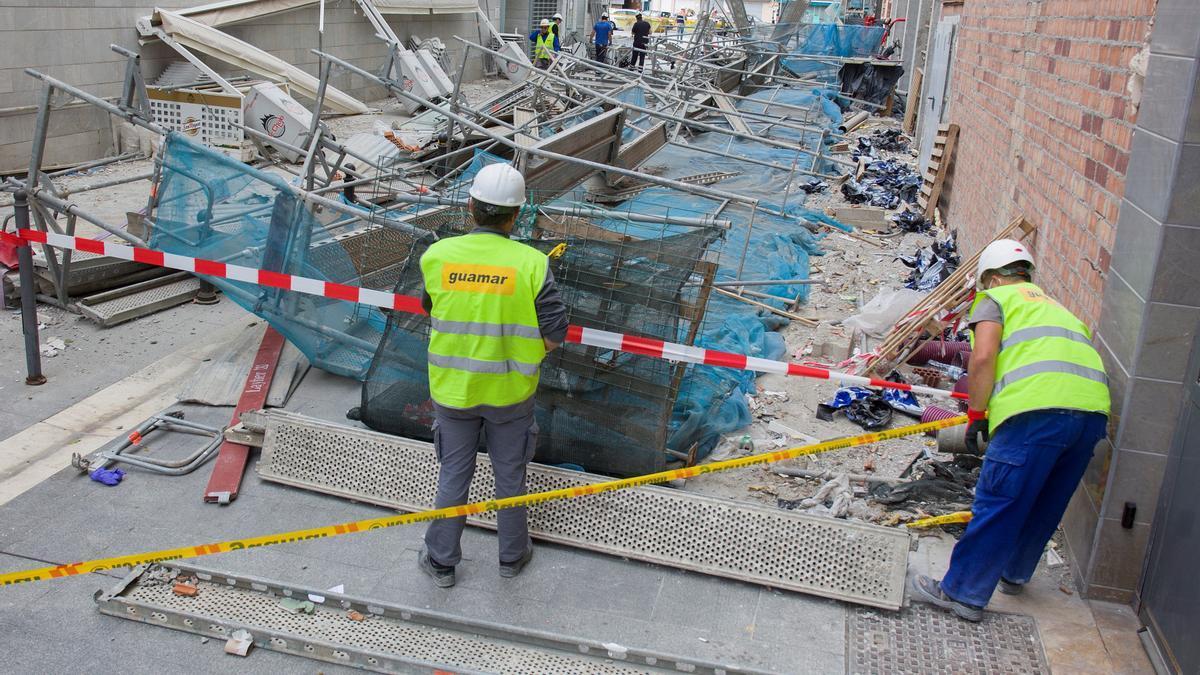 Accidente laboral en Málaga capital al desprenderse un andamio que los trabajadores estaban desmontando.