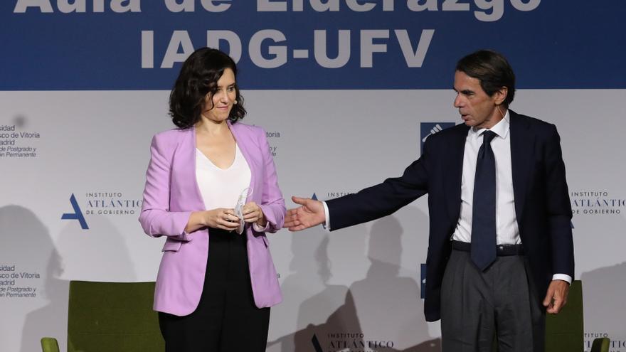 La presidenta de la Comunidad de Madrid, Isabel Díaz Ayuso, y el expresidente José María Aznar durante una conferencia este viernes.