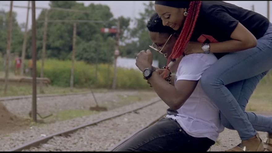 El cantante ClassiQ y la actriz Rahama Sadau en el videoclip que ha causado la polémica