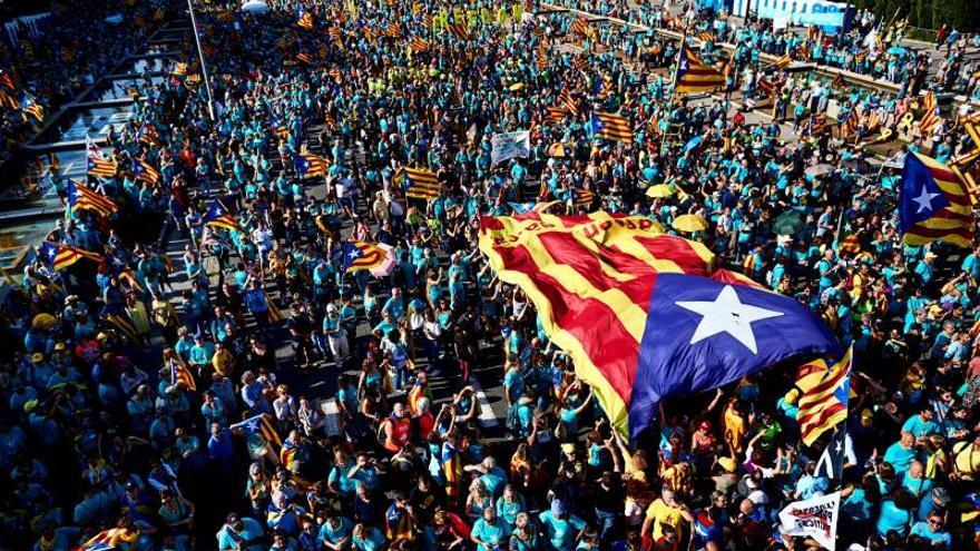Miles de personas reclaman la independencia en la plaza Espanya de Barcelona