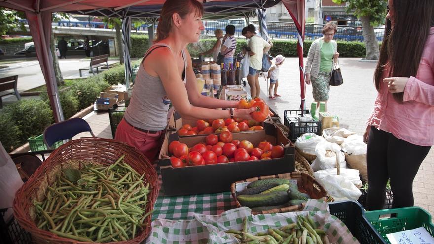 Una mujer vendiendo frutas y verduras