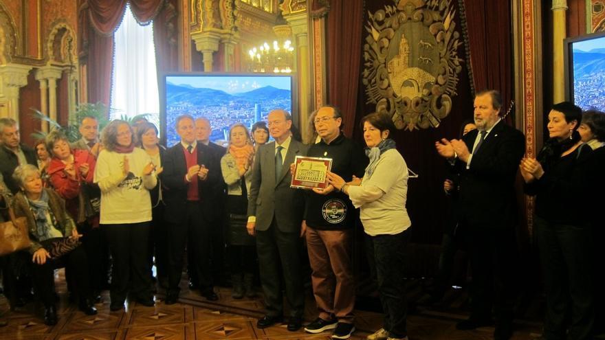 """Ayuntamiento de Bilbao rinde homenaje a Iñigo Cabacas y agradece el """"ejemplo de convivencia sin venganza"""" de su familia."""