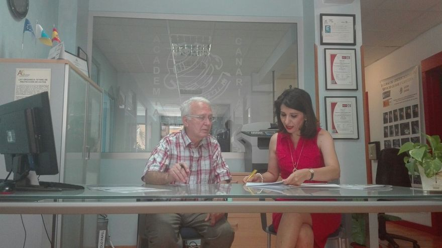Nicolás Hernández y Heideh Taheri durante la firma del convenio.