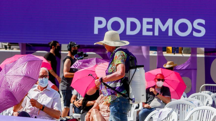 Un hombre con vapor de agua, en la IV Asamblea Ciudadana Estatal de Podemos, a 12 de junio de 2021, en el Auditorio Parque de Lucía de Alcorcón, Alcorcón, Madrid, (España).