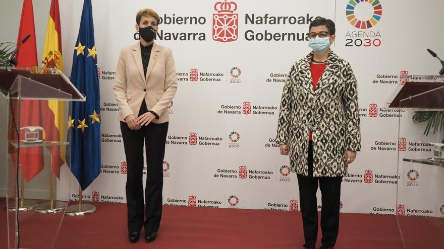 La ministra de Asuntos Exteriores, Unión Europea y Cooperación, Arancha González Laya (i), con la presidenta del Gobierno de Navarra, María Chivite, este viernes en Pamplona.