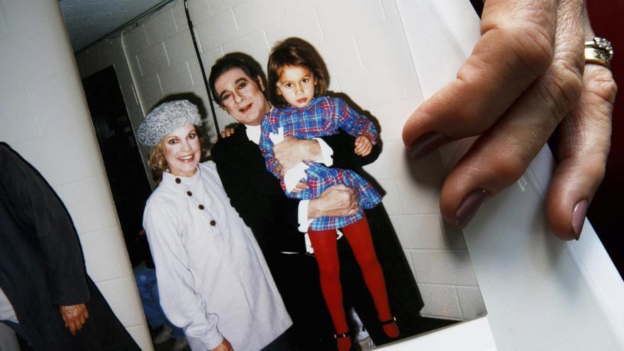 Patricia Wulf, junto a su hija y Plácido Domingo.