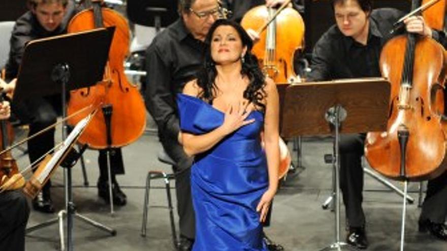 La soprano Anna Netrebko recibe el aplauso del público.