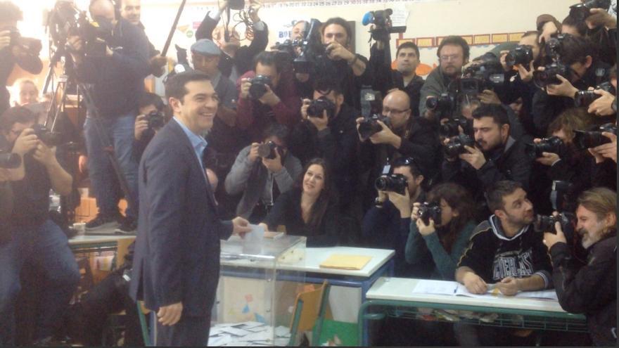 El líder de Syriza, Alexis Tsipras, introduce su voto en la urna, el 25 de enero de 2015. / A.G.