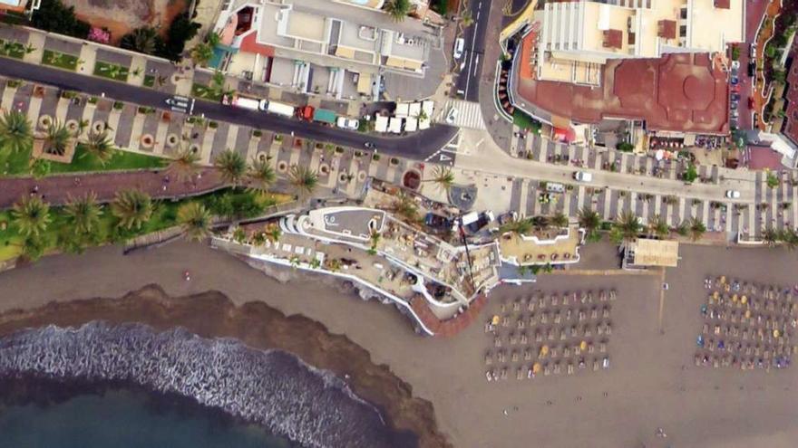Vista aérea de la playa de Troya y del edificio del Monkey Beach Bar