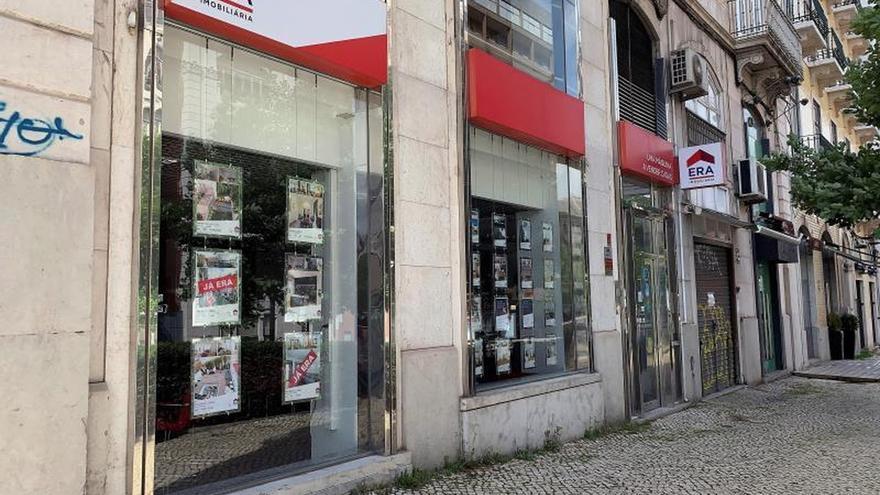 Vista de una oficina inmobiliaria en Lisboa, Portugal este sábado. En Portugal se vendían más de 20.000 inmuebles al mes. La pandemia ha frenado el auge del sector, que está prácticamente paralizado, pero afronta la crisis con esperanza y la vista puesta en el próximo año.