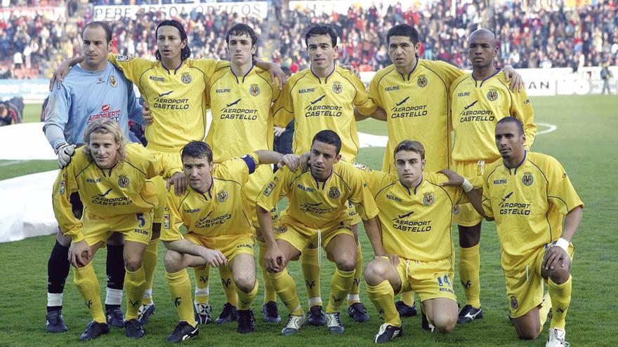 El Villarreal 04/05, que acabó la Liga en la tercera plaza, forma, de arriba a abajo y de izquierda a derecha, con: Reina, Peña, Gonzalo, Javi Venta, Riquelme, Senna (de pie); Forlán, Josico, Guayre, Héctor Font y Armando Sa.