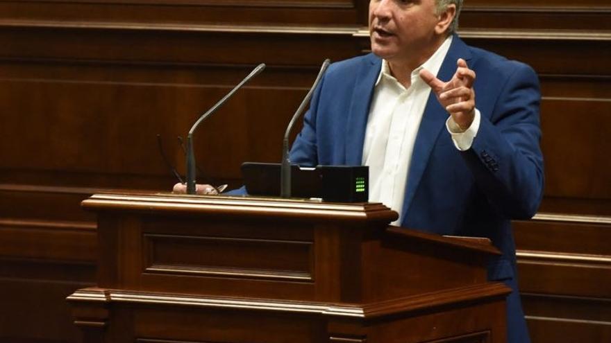 Luis Campos en el Parlamento de Canarias