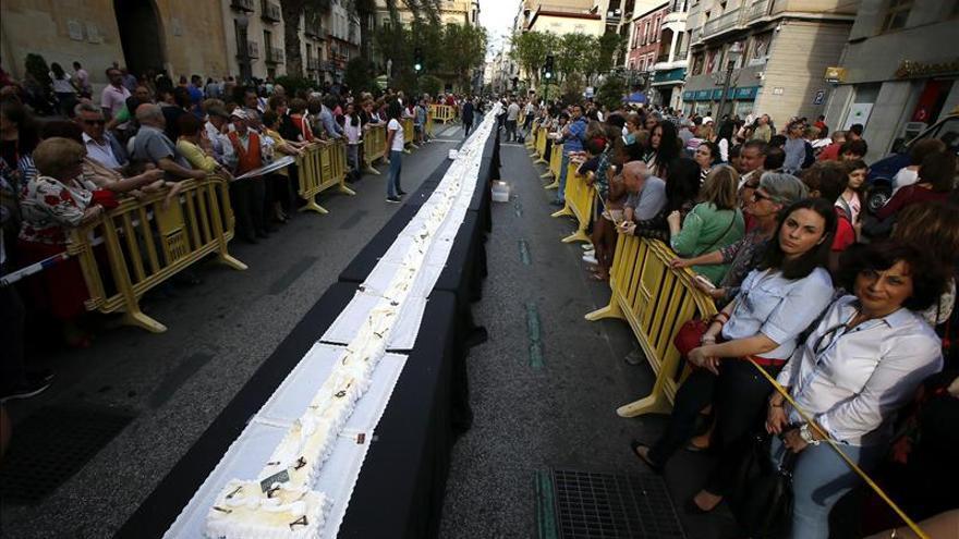 Un pastelero ilicitano elabora la tarta de Elche más grande, de 150 metros