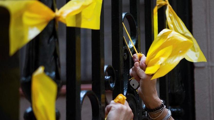 Lazos amarillos movilizan en Barcelona grupos a favor y contra independencia