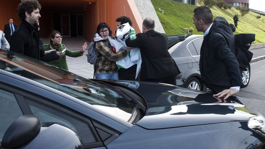Los escoltas de Ignacio Diego durante el incidente en la Universidad de Cantabria.  