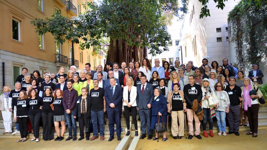 Representantes de PSPV, Compromís y Podemos junto a los familiares de la Fosa 113 de Paterna en les Corts