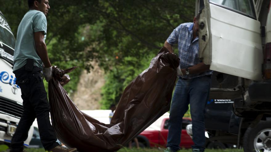 Un equipo forense trabaja en la escena del crimen donde dos personas han sido asesinadas en el transporte público en Choloma, Honduras | FOTO: Amnistía Internacional, Encarni Pindado