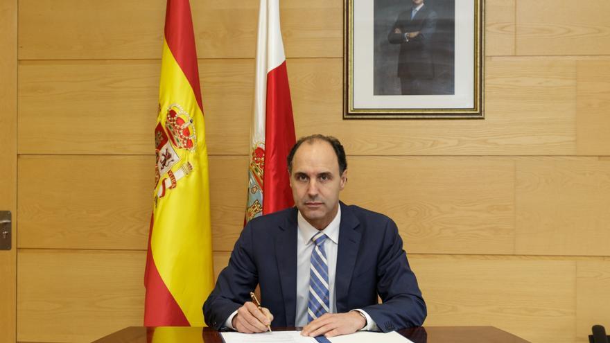 El presidente de Cantabria, Ignacio Diego, firma el decreto de convocatoria de elecciones al Parlamento de Cantabria.