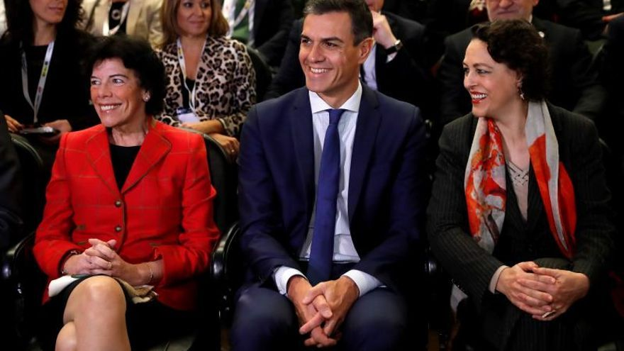 Pedro Sánchez, junto a la ministra de Trabajo, Magdalena Valerio (d), y la ministra portavoz, Isabel Celaá.