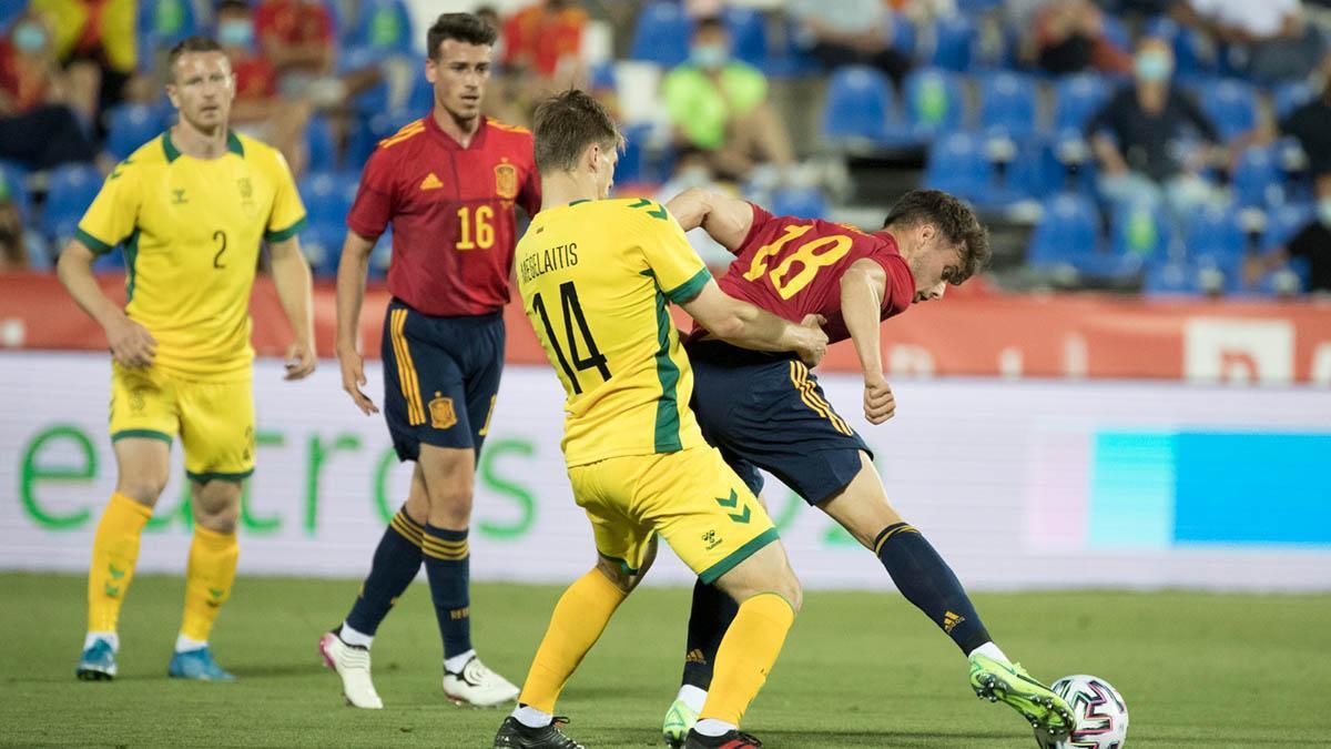 Antonio Blanco, con el 16, en su debut con España