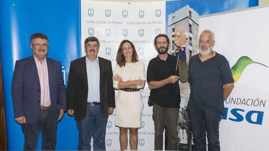 El consejero de Medio Ambiente del Cabildo Insular de La Palma, Juan Manuel González, el consejero de Cultura, Primitivo Jerónimo, y la directora de la Fundación DISA, Raquel Montes, con los miembros del grupo de teatro de títeres.