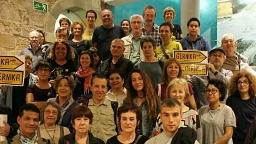 Un grupo de ciudadanos, antes de partir hacia Gernika.