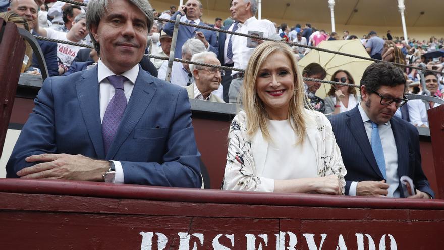 Cifuentes y su portavoz de Gobierno, Ángel garrido, en la feria de San Isidro el pasado mes de junio / EFE