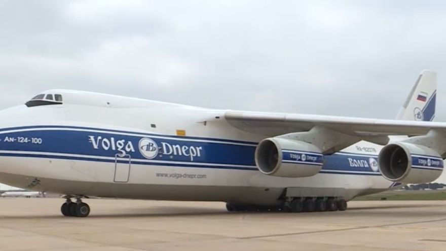 El avión de la compañía Volga-Dnepr cargado con material sanitario adquirido en China que ha llegado este lunes al aeropuerto de Manises.