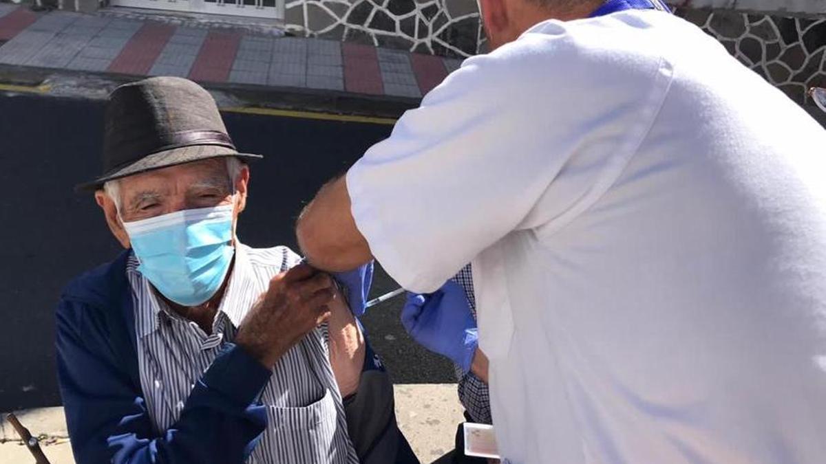 Equipos de Enfermería de la Gerencia de Atención Primaria de Tenerife, poniendo la vacuna contra la COVID-19 a los mayores en los municipios de Vilaflor y La Orotava