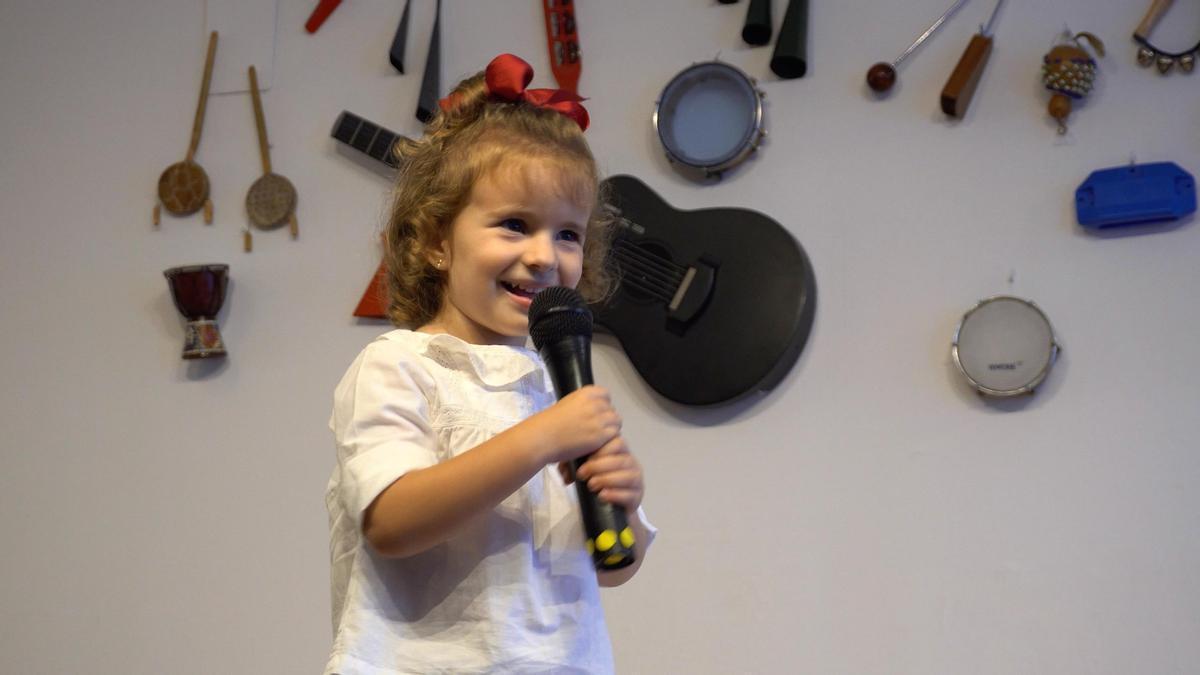 Una alumna del Taller Musical canta con micrófono.
