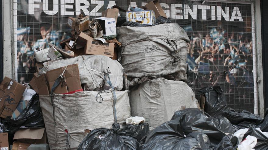 Bolsas de cartoneros se acumulan en una esquina del centro de Buenos Aires.   Sam Verhaert.