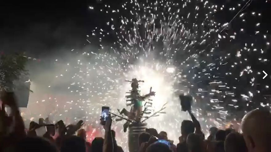 La singular danza del Borrachito Fogatero, un año más, ha congregado en la madrugada de este domingo a cientos de personas en el barrio de Lodero de Villa de Mazo.